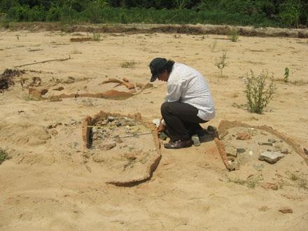 Sau lũ lớn, xuất lộ dấu tích khu mộ cổ - 1
