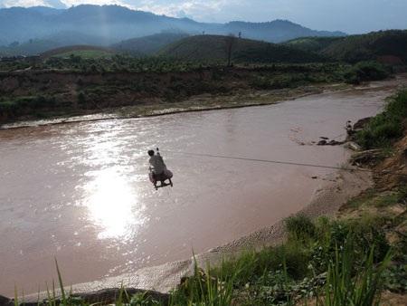 """Kon Tum: Cả làng """"làm xiếc"""" để qua sông - 4"""