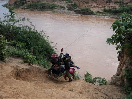 """Kon Tum: Cả làng """"làm xiếc"""" để qua sông - 3"""