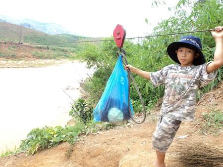 """Kon Tum: Cả làng """"làm xiếc"""" để qua sông - 1"""