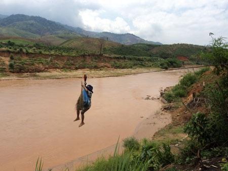 """Kon Tum: Cả làng """"làm xiếc"""" để qua sông - 2"""