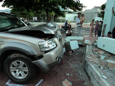 Đâm sập tường rào nhà dân, xe ô tô hư hỏng nặng - 2