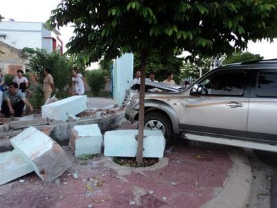 Đâm sập tường rào nhà dân, xe ô tô hư hỏng nặng - 1