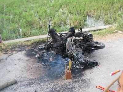 Một người đàn ông bị thiêu cháy cùng xe máy - 2