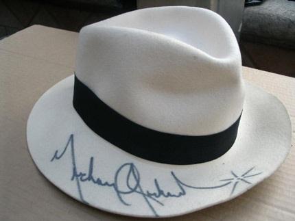 Bán đấu giá hiện vật của Michael Jackson thu về gần 1 triệu USD - 2