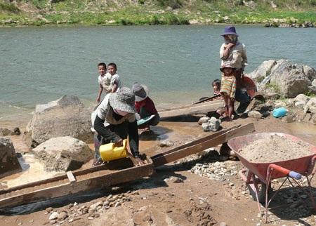 Nạn đào vàng trái phép trên sông Đakrông - 2