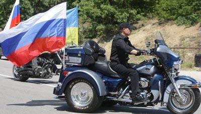 """Thủ tướng Nga Putin """"lướt"""" siêu mô tô đi thăm triển lãm - 1"""