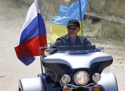 """Thủ tướng Nga Putin """"lướt"""" siêu mô tô đi thăm triển lãm - 2"""