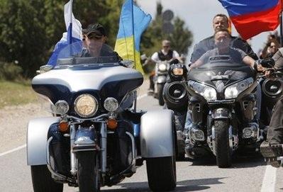 """Thủ tướng Nga Putin """"lướt"""" siêu mô tô đi thăm triển lãm - 4"""