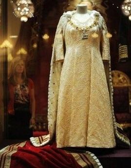 Nữ hoàng Anh tiết lộ nhiều ảnh riêng tư trên mạng - 1