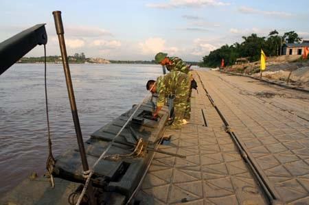 Tàu chở cát lại đâm đứt cầu phao Đuống - 2