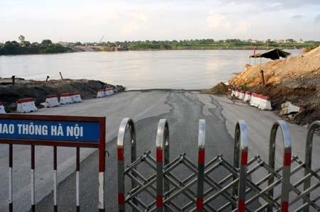 Tàu chở cát lại đâm đứt cầu phao Đuống - 3