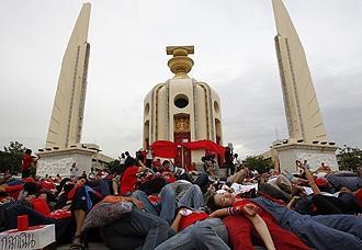 """Thái Lan: Phe """"áo đỏ"""" lại tụ tập, bất chấp lệnh khẩn cấp  - 1"""