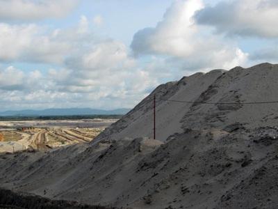 """Cận cảnh những """"núi đất"""" khổng lồ ở mỏ sắt lớn nhất nước - 8"""