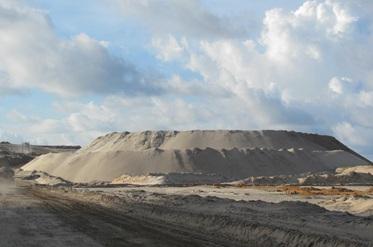 """Cận cảnh những """"núi đất"""" khổng lồ ở mỏ sắt lớn nhất nước - 7"""