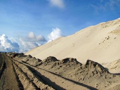 """Cận cảnh những """"núi đất"""" khổng lồ ở mỏ sắt lớn nhất nước - 9"""