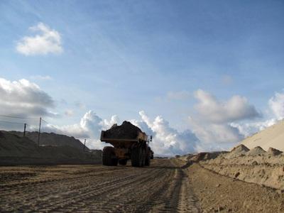 """Cận cảnh những """"núi đất"""" khổng lồ ở mỏ sắt lớn nhất nước - 3"""