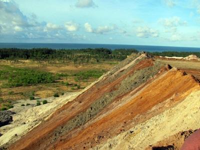 """Cận cảnh những """"núi đất"""" khổng lồ ở mỏ sắt lớn nhất nước - 5"""