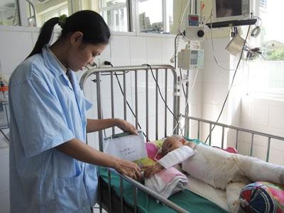 Quỹ Nhân ái đến với bé gái bị bỏng nặng toàn thân - 2