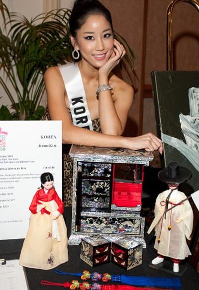 Người đẹp Hoàn vũ bán đấu giá vật phẩm làm từ thiện - 35
