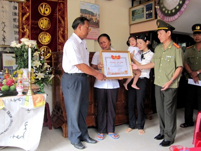 Trao bằng Tổ quốc ghi công cho gia đình thiếu tá Phan Công Việt - 1