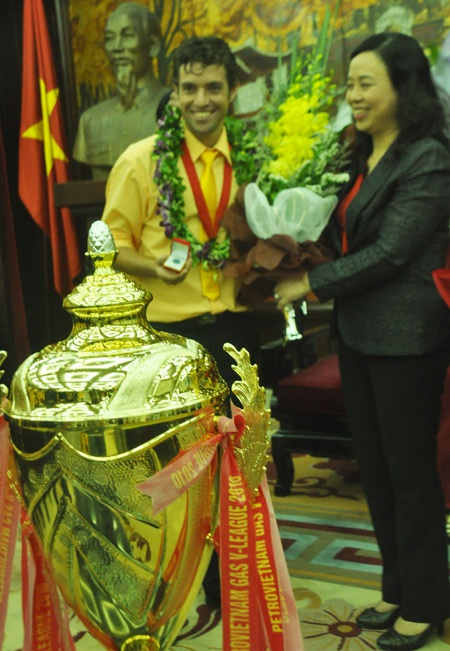 Hà Nội T&T rước Cúp VĐ V-League về Thủ đô - 3