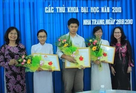 Khánh Hòa: Khen thưởng học sinh giỏi năm học 2009-2010 - 2