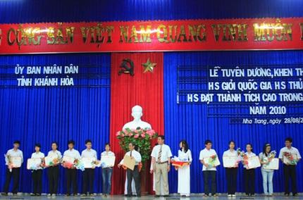 Khánh Hòa: Khen thưởng học sinh giỏi năm học 2009-2010 - 1