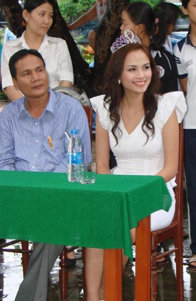 Hoa hậu Diễm Hương làm từ thiện tại Quảng Ngãi - 1