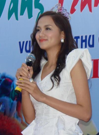 Hoa hậu Diễm Hương làm từ thiện tại Quảng Ngãi - 3