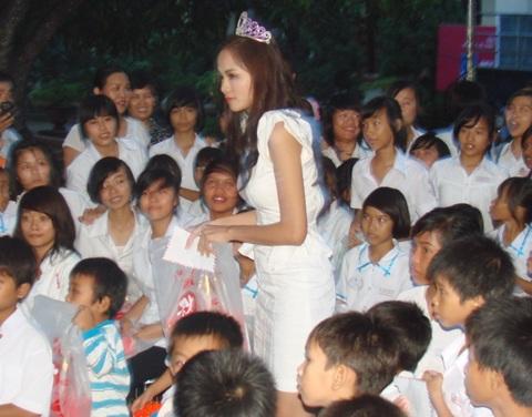 Hoa hậu Diễm Hương làm từ thiện tại Quảng Ngãi - 6