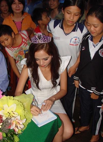 Hoa hậu Diễm Hương làm từ thiện tại Quảng Ngãi - 7