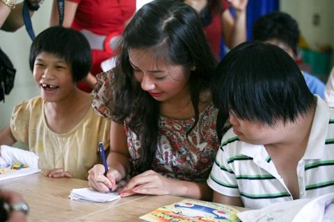 Á hậu Kiều Khanh mang nụ cười tới cho trẻ tật nguyền - 14