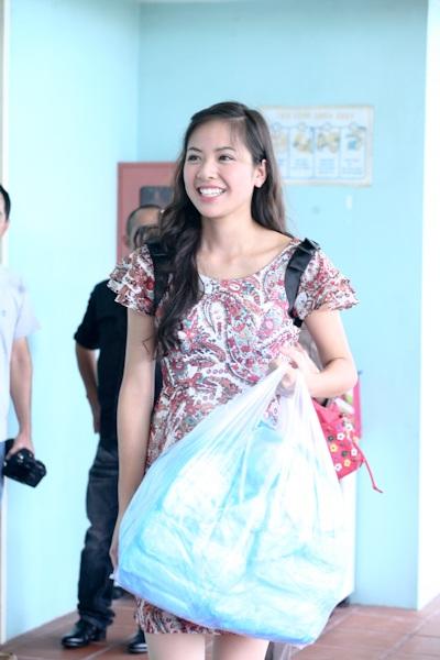 Á hậu Kiều Khanh mang nụ cười tới cho trẻ tật nguyền - 10