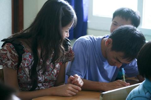 Á hậu Kiều Khanh mang nụ cười tới cho trẻ tật nguyền - 15