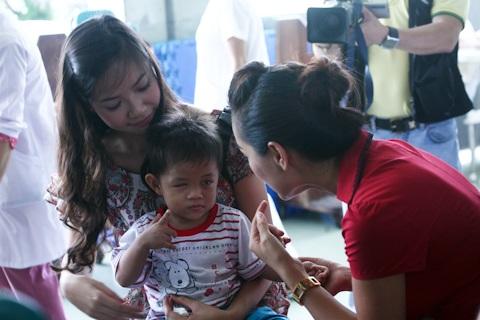 Á hậu Kiều Khanh mang nụ cười tới cho trẻ tật nguyền - 17