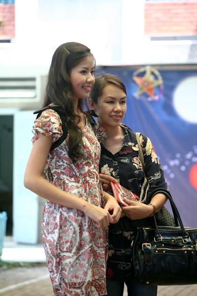 Á hậu Kiều Khanh mang nụ cười tới cho trẻ tật nguyền - 1