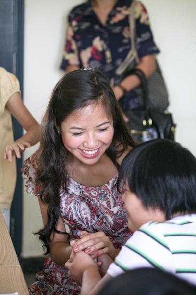Á hậu Kiều Khanh mang nụ cười tới cho trẻ tật nguyền - 11