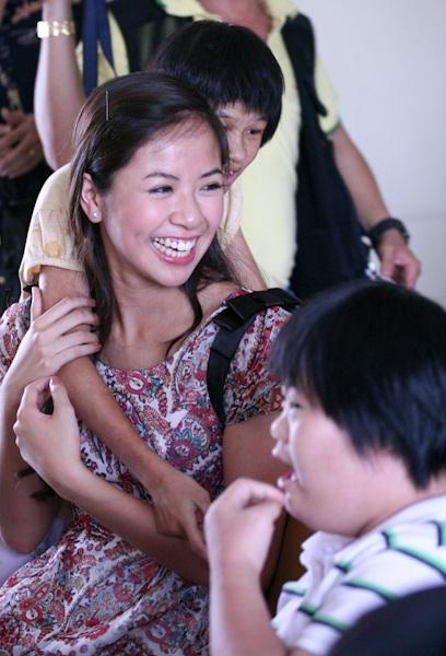 Á hậu Kiều Khanh mang nụ cười tới cho trẻ tật nguyền - 12