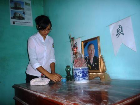 Hàng ngày, Hà Vân luôn lau dọn bàn thờ và hương khói cho mẹ Bảy