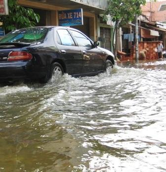 Triều cường và mưa to dìm nhiều tuyến đường    - 2