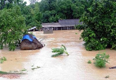 Gần 2.000 ngôi nhà vẫn chìm trong biển nước  - 2