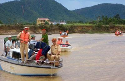 Gần 2.000 ngôi nhà vẫn chìm trong biển nước  - 1