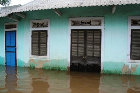 48 người chết, hàng chục nghìn ngôi nhà vẫn chìm trong lũ - 6