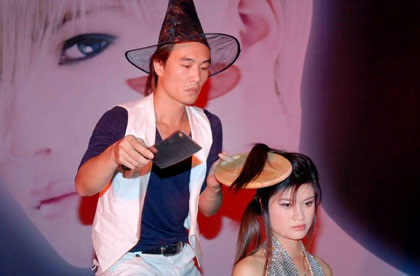 Những màn cắt tóc độc đáo ở Hà Nội - 4