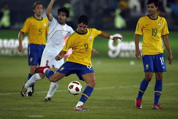 """Pato lập công giúp Brazil thắng """"3 sao"""" - 1"""