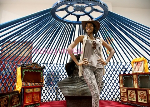 Người đẹp Hoa hậu Thế giới tham quan bảo tàng Thành Cát Tư Hãn - 13