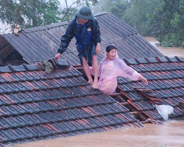 Cận cảnh khó khăn chồng chất, lũ nối lũ ở Hương Khê (kèm video) - 6