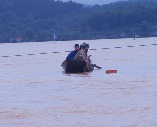 Cận cảnh khó khăn chồng chất, lũ nối lũ ở Hương Khê (kèm video) - 14
