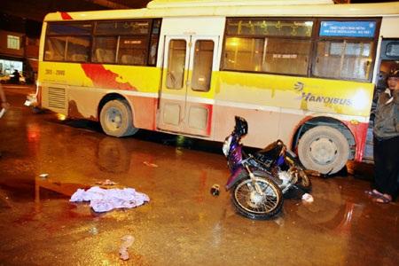 Hà Nội: Xe buýt lại gây tai nạn, một người nguy kịch - 1
